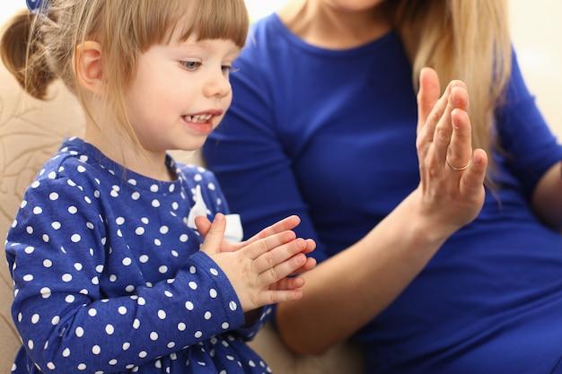 Schattig klein meisje spelen met moeder