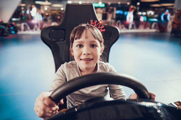 Schattig klein meisje spelen racing simulator spel
