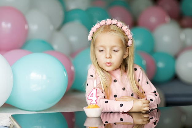 Schattig klein meisje uitblazen van de verjaardagskaars