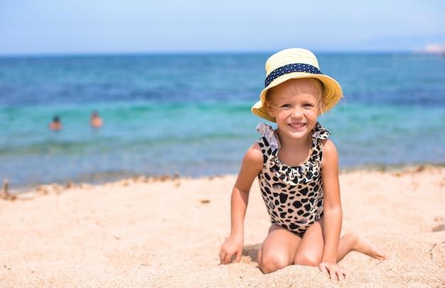 Schattig klein meisje veel plezier op tropisch strand