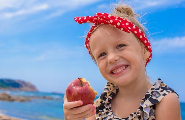 Schattig klein meisje veel plezier