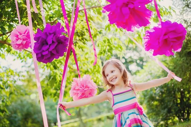 Schattig klein meisje viert verjaardag in het park