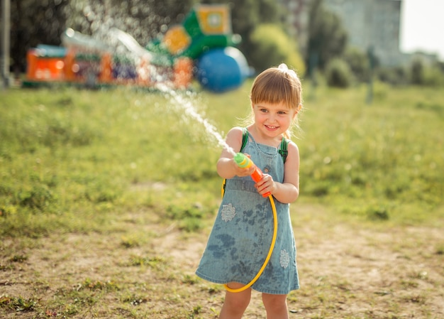 Schattig klein meisje waterpistool spelen