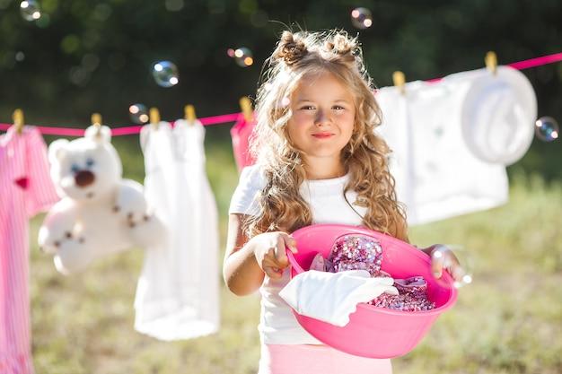 Schattig klein meisje witwassen