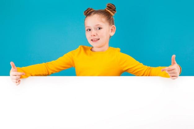 Schattig klein roodharig meisje in gele trui