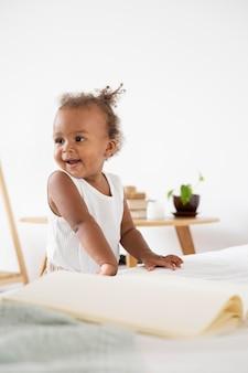 Schattig klein zwart meisje thuis