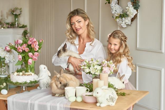 Schattig meisje en moeder spelen met rabbita