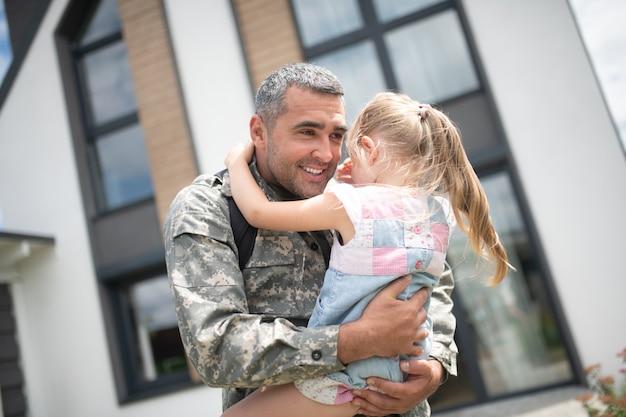 Schattig meisje huilen. schattig meisje huilt na het zien van haar vader thuiskomen van militaire dienst