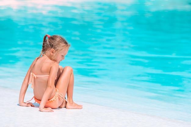 Schattig meisje in buitenzwembad