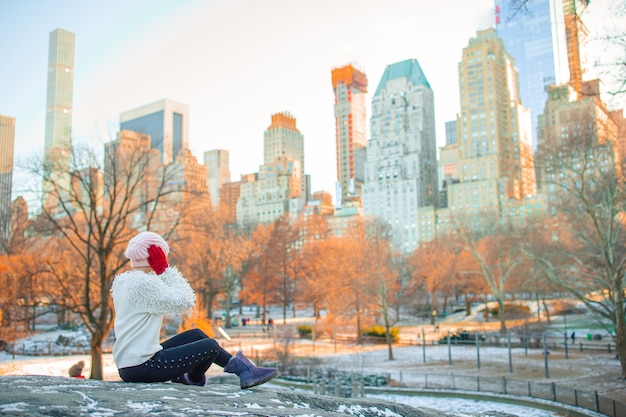 Schattig meisje in central park in new york city