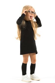 Schattig meisje in een donkere jurk