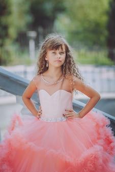 Schattig meisje in jurk. kleine prinses
