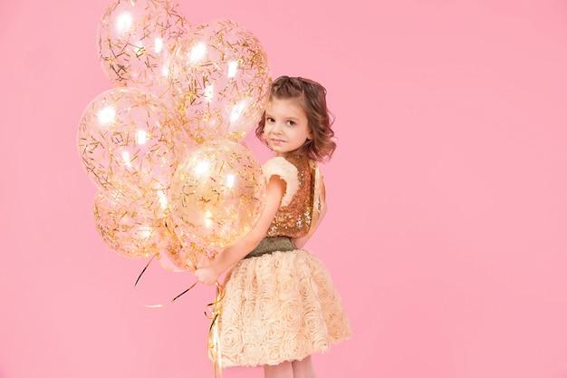 Schattig meisje met ballonnen