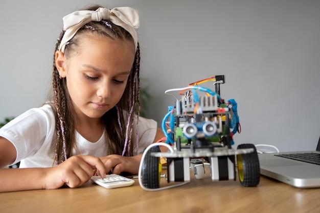 Schattig meisje met een passie voor robotica