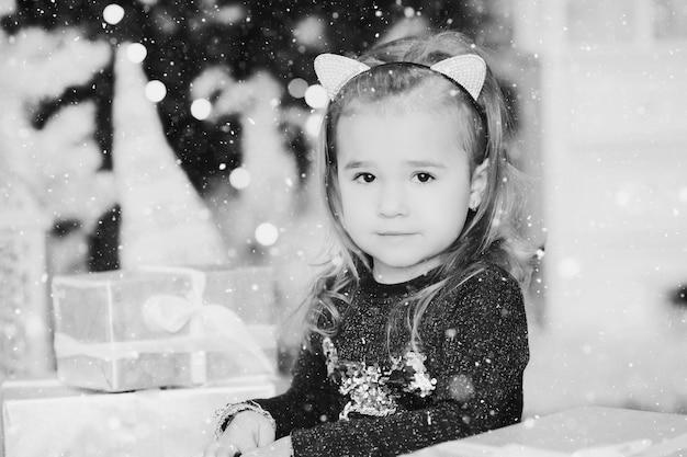 Schattig meisje met kerstcadeau