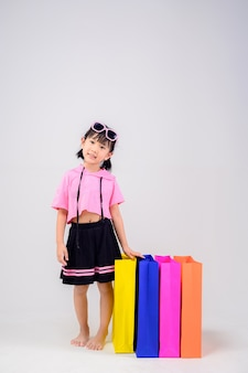 Schattig meisje met kleurrijke papieren zakken