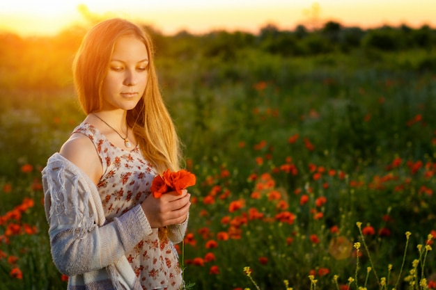 Schattig meisje met lang haar in een descriptie ... bij zonsondergang