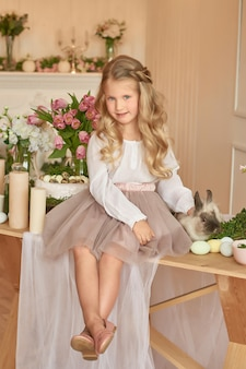 Schattig meisje speelt met konijn
