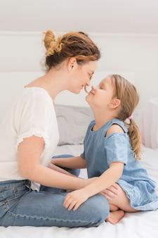 Schattig meisje spelen met moeder