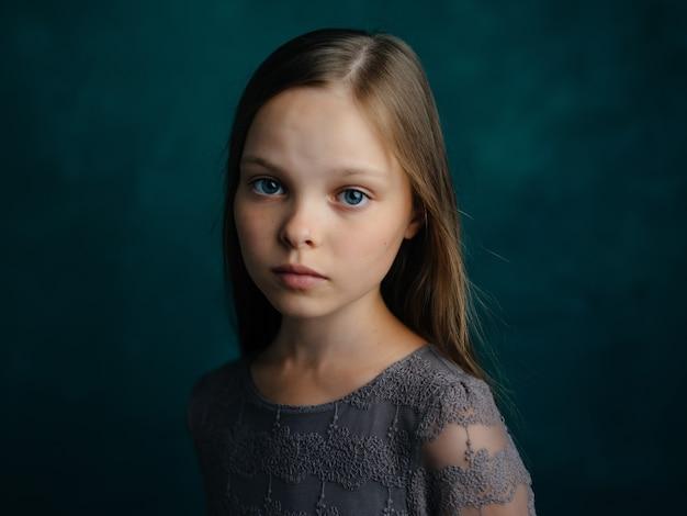 Schattig meisje trieste gezichtsuitdrukking close-up studio