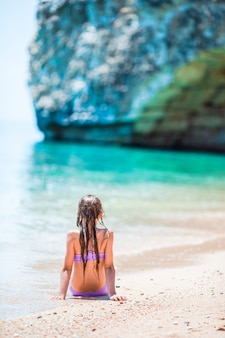 Schattig meisje veel plezier op tropisch strand tijdens vakantie
