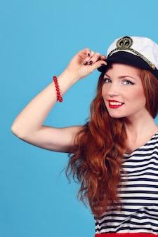 Schattig model draagt zee admiraalshoed en sexy top