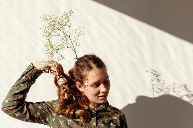 Schattig model poseren met bloemen
