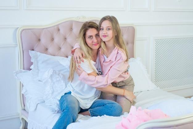 Schattig mooi meisje met moeder in de slaapkamer