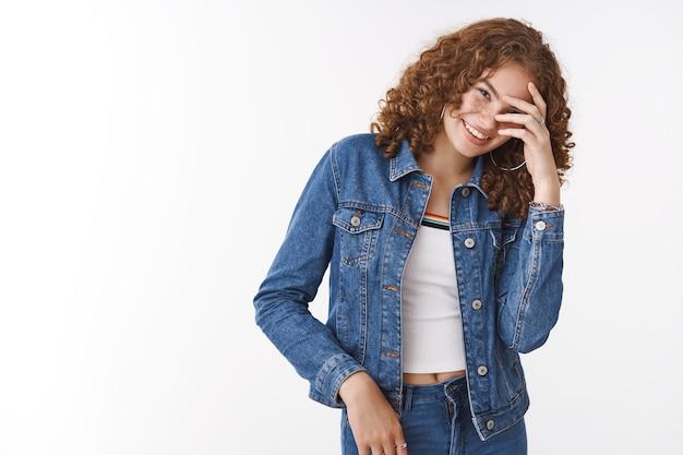 Schattig onzeker blozende jonge tienermeisje roodharige krullend haar met sproeten verbergen acne voorhoofd ongemakkelijk foto nemen terwijl puistjes, probeer zichzelf te accepteren eigenliefde lichaam-positiviteit concept