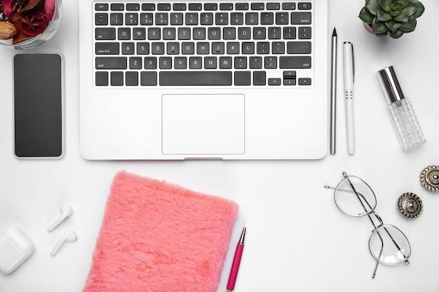 Schattig. platliggend model. vrouwelijke thuiskantoor werkruimte, copyspace. inspirerende werkplek voor productiviteit. concept van business, mode, freelance, financiën en artwork. trendy pastelkleuren.