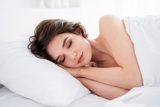 Schattig puur dromerig meisje dat in bed ligt te slapen