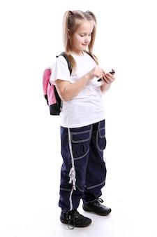 Schattig schoolmeisje met mobiel