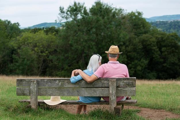 Schattig senior koppel zittend op een bankje