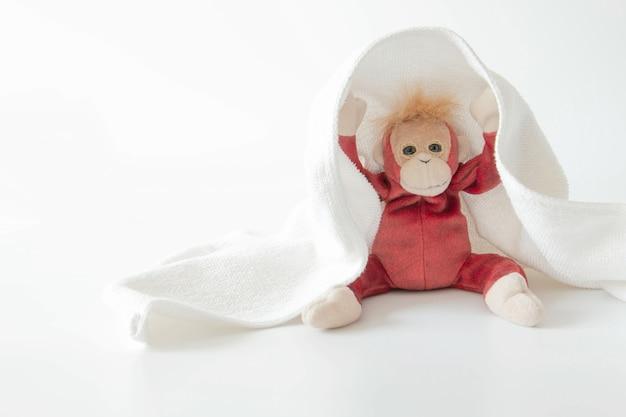 Schattige aap speelt verstoppertje met stof
