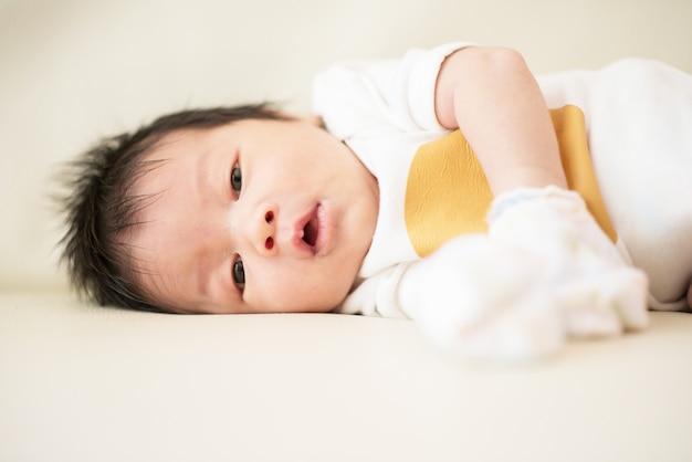 Schattige aziatische baby pasgeboren close-up