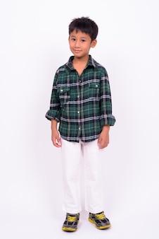 Schattige aziatische jongen groen geruit overhemd dragen tegen een witte muur