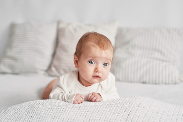 Schattige baby 3 maanden op een licht