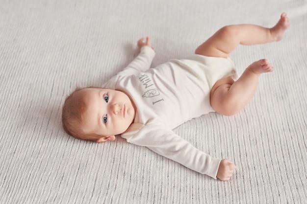 Schattige baby 3 maanden op een lichte achtergrond