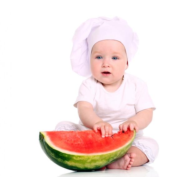 Schattige baby chef-kok met watermeloen