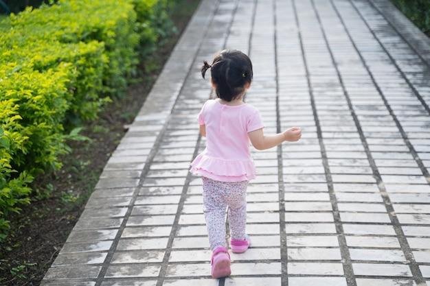 Schattige baby die in een tuin loopt