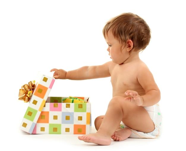 Schattige baby en geschenkdoos geïsoleerd op wit