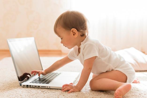 Schattige baby en laptop