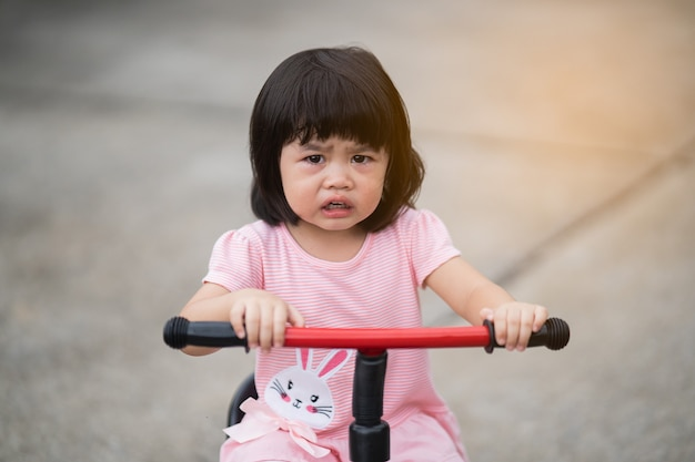 Schattige baby huilen en fietsen