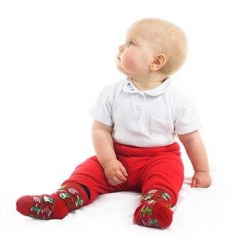 Schattige baby in rode shorts