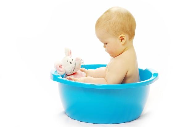 Schattige baby met bad op wit