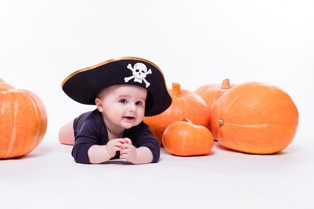 Schattige baby met een piraat hoed zijn hoofd liggend op zijn buik op