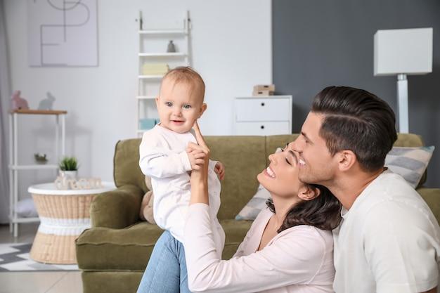 Schattige baby met ouders thuis Premium Foto