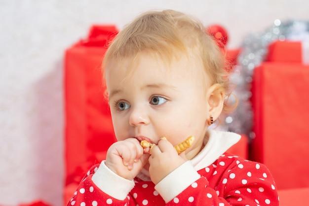 Schattige baby portret close-up eten