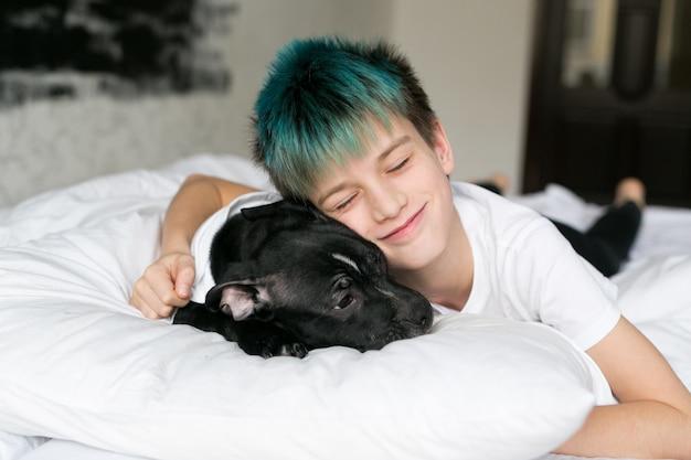 Schattige baby slaapt met zijn hond