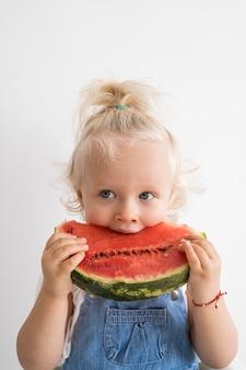 Schattige baby spelen met eten